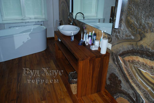 Навесной столик в ванной комнате